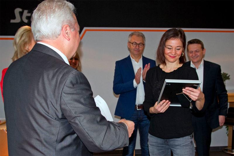 1 Assistentin der Geschäftsführung, Julia Akbas, wurde für 10-jährige Firmenzugehörigkeit geehrt
